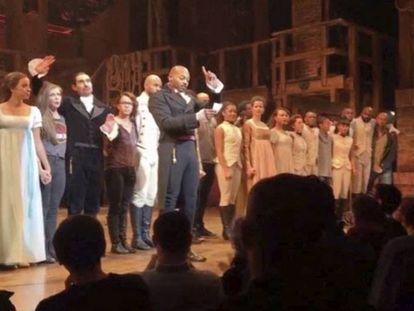 O ator Brandon Victor Dixon, com o elenco de 'Hamilton', dirige uma mensagem a Trump e Pence, presente na sessão em Nova York na sexta-feira.