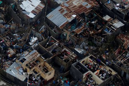 Sobreviventes em casas destruídas na localidade haitiana de Jeremie.
