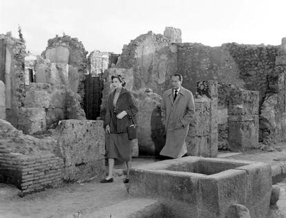 Ingrid Bergman e George Sanders em Pompeia em uma cena de 'Viagem à Itália'