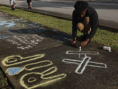 Um fã homenageia o rapper XXXTentacion depois de sua morte, na Flórida.