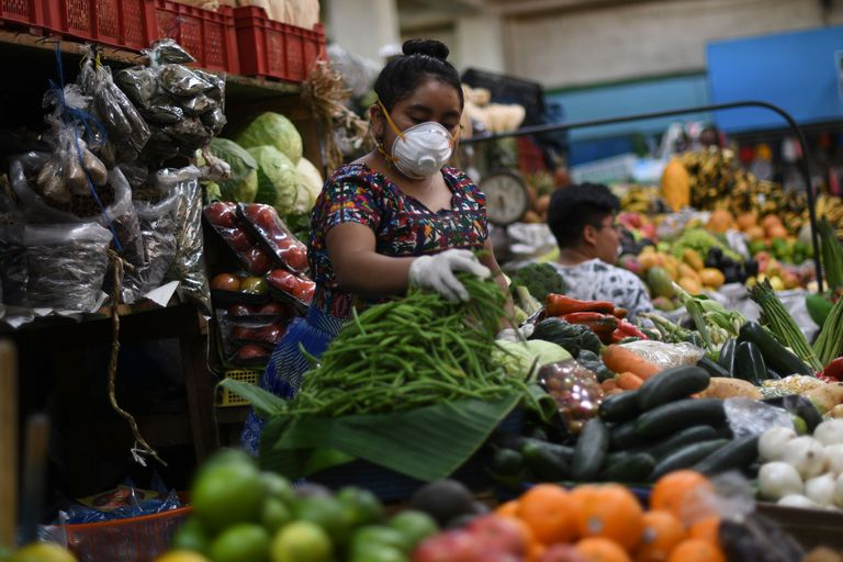 Vendedora de hortaliças num mercado da Cidade da Guatemala
