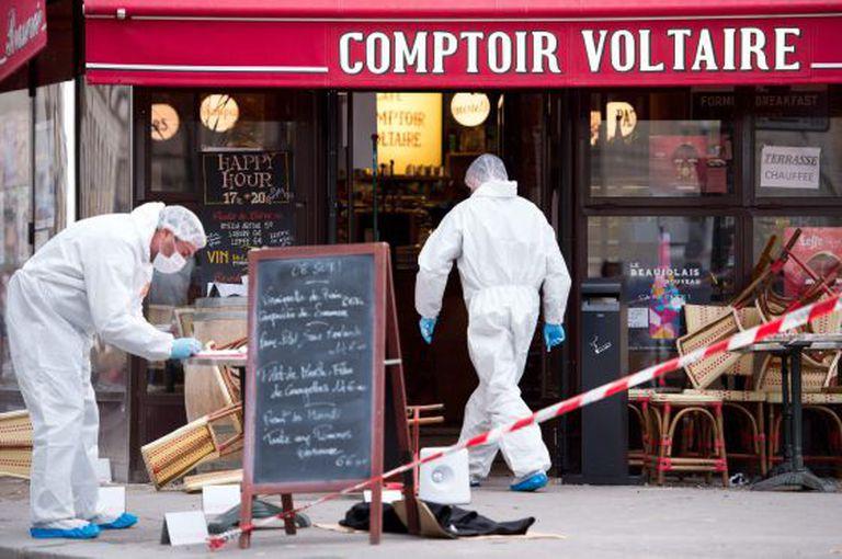 Legistas da polícia recolhem amostras no Café Comptoir Voltaire, um dos atacados na noite de sexta-feira.