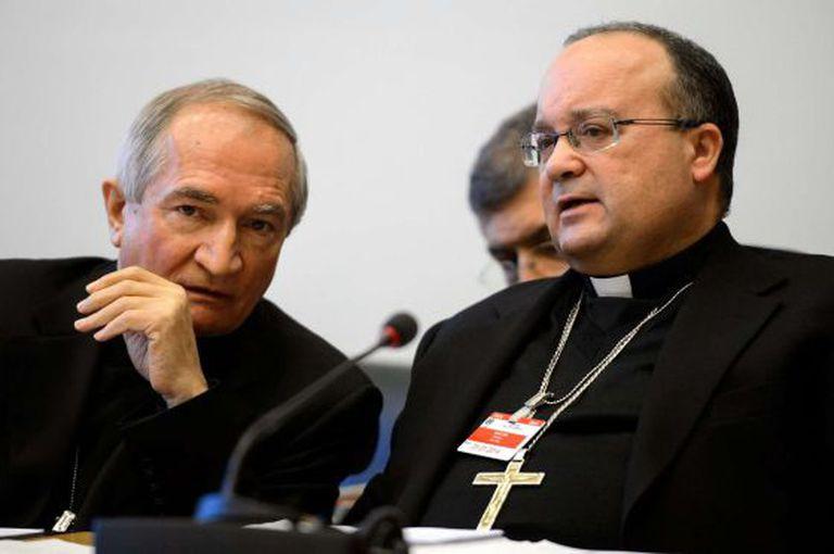O embaixador do Vaticano na ONU, Silvano Tomasi (à esq.) antes de comparecer ao Comitê dos Direitos das Crianças.