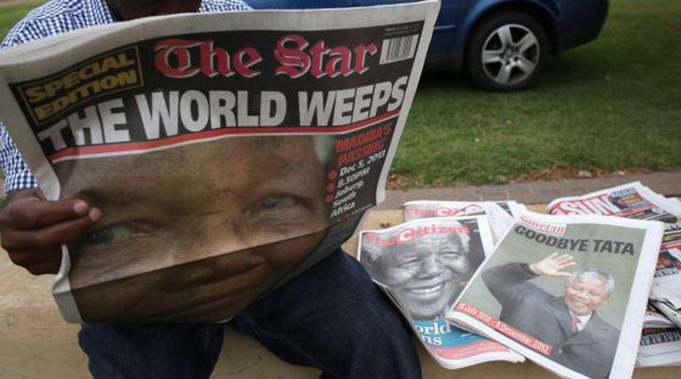 """""""O mundo chora"""", reza a portada de The '' Star de Soweto."""