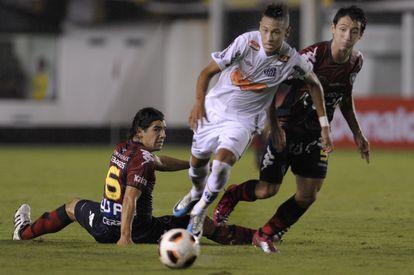 O jogador durante sua etapa no Santos, time que o viu crescer. Já naquela época, era caçado pelos adversários.