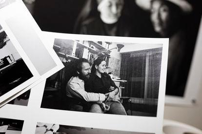 Uma antiga foto de Sebastião Salgado e sua esposa e parceira Lélia Wanick Salgado.