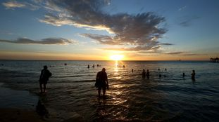 Banhistas curtem a praia de Glenelg Beach, na Austrália, em 18 de dezembro.