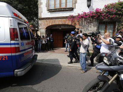Uma ambulância leva García Márquez de volta para casa.