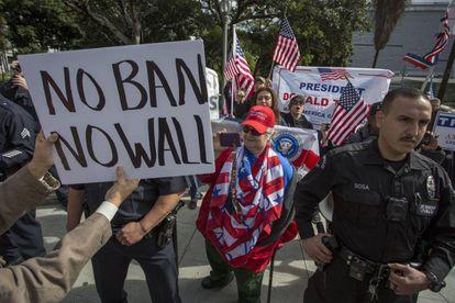 Seguidores e críticos de Trump se enfrentam em um protesto.