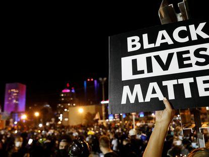 Um cartaz do movimento Black Lives Matter, em Nova York, em março de 2020.