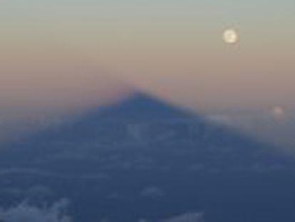 Vários fenômenos astronômicos ocorreram ao mesmo tempo vistos do cume do vulcão Teide, que roçou a lua pouco antes do eclipse