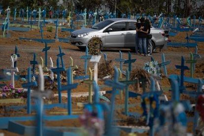 Movimento no maior cemitério publico de Manaus, o Nossa Senhora Aparecida, em 25 de setembro de 2020.