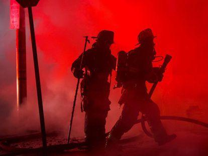 Bombeiros de Baltimore tratam de apagar um dos incêndios da noite.