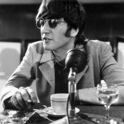A frase nem sequer era o título da entrevista que John Lennon concedeu a uma amiga jornalista do 'London Evening Standard' em março de 1966; tampouco chamou a atenção quando foi reproduzida, quatro meses depois, pela revista norte-americana 'Datebook'. Mas Tommy Charles, um radialista do Alabama, a usou como pretexto para atacar a banda britânica, que, segundo alguns setores, estaria pervertendo a juventude dos EUA. Vetos em rádios, a queima de discos e ameaças da Ku Klux Klan acompanharam a turnê norte-americana dos Beatles. Lennon acabou tendo que se desculpar durante uma entrevista coletiva em Chicago, depois de explicar que se referia à popularidade deles entre os jovens da Inglaterra. A frase não acabou com os Beatles (que ainda lançariam mais seis álbuns), mas aquela foi a última turnê de um grupo sufocado, o que privou o mundo de seus shows. Na foto, John Lennon numa entrevista coletiva no aeroporto de Londres, em julho de 1966.