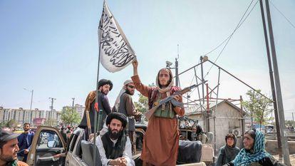 Combatentes do Talibã desfilam por Cabul nesta segunda-feira. Em vídeo, o Talibã toma o Palácio presidencial de Cabul.