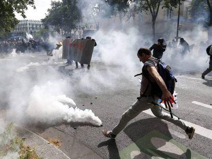 Confronto entre manifestantes e a polícia