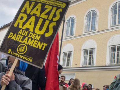 Protesto em abril contra os nazistas diante da casa onde Adolf Hitler nasceu, em Braunau am Inn (Áustria).