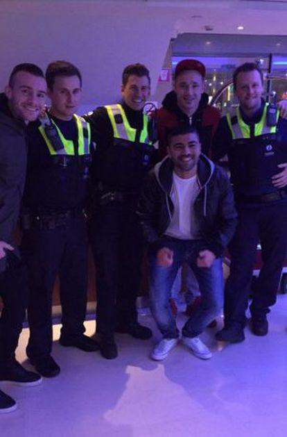 Nainggolan acabou tirando foto com os policiais.