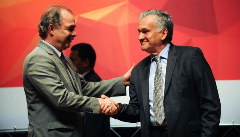 Ministro Mercadante cumprimenta o colega Juca Ferreira.