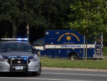 Uma ambulância dirige-se ao local do tiroteio, em Virgínia.