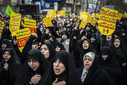 Mulheres iranianas marcham em protesto contra a morte de Qassem Soleimani.