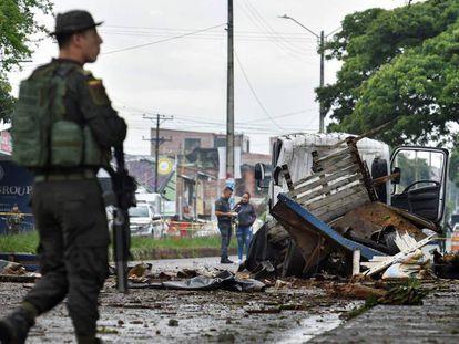 Um agente em frente a uma estação de policial, em Santander, na Colômbia.