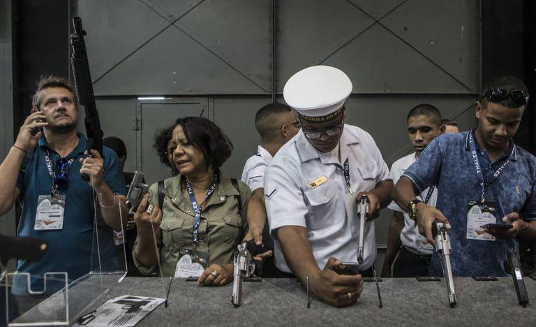 Armas da fabricante Taurus, exibidas em uma feira internacional de produtos de defesa no Rio do Janeiro.