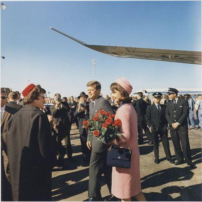 O presidente Kennedy e sua esposa Jackie, em Dallas em novembro de 1963.