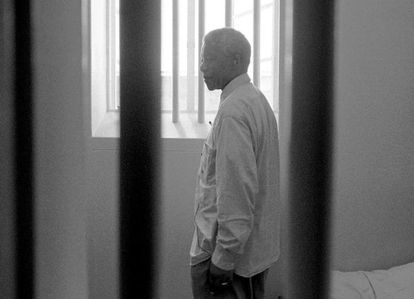 Mandela, na cela onde esteve encarcerado, em 1994.