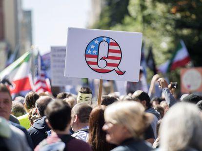 Cartaz do QAnon se destaca em uma manifestação contra o uso de máscaras, realizada em 12 de setembro em Montreal, Canadá.