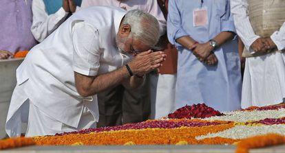 Narendra Modi rende homenagem a Gandhi antes de sua posse.