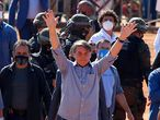 Brazilian President Jair Bolsonaro (C) waves to supporters during the inauguration of a field hospital in Aguas Lindas, in the State of Goiais, Brazil, on 05 June 2020, amid the Covid-19 coronavirus pandemic. (Photo by Sergio LIMA / AFP)