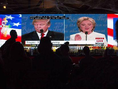 Eleitores assistem ao debate em um bar em West Hollywood, na California.