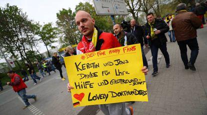 Torcedor do Monaco agradece à torcida do Borussia Dortmund.