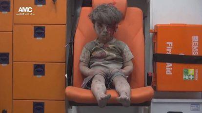 O pequeno Omran, de cinco anos, sobreviveu a um bombardeio na cidade síria de Alepo em agosto do ano passado.