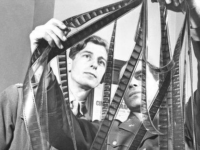 O coronel Frank Capra, à direita, examina uns rolos de filme junto ao capitão Roy Boulting em 1944.