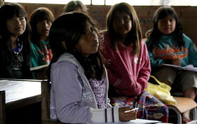 Um grupo de crianças indígenas em uma escola em Qemkuket, Paraguai.