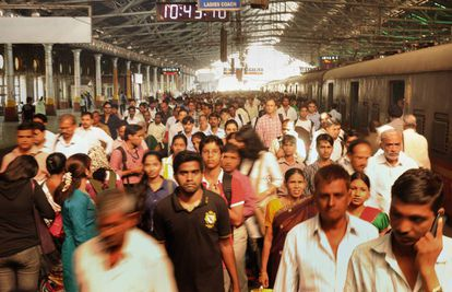 A estação ferroviária de Chhatrapati Shivaji, em Mumbai, na hora do 'rush'