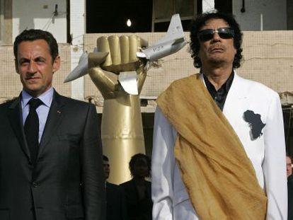 Sarkozy e Kadafi escutam o hino francês em Trípoli durante uma visita do primeiro à Líbia em 2007.