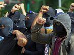 AME4923. FORTALEZA (BRASIL), 20/02/2020.- Personas encapuchadas y enmascaradas -supuestamente agentes de la policía- se concentran en el 18 Batallón de la Policía Militar durante el segundo día de huelga policial este jueves a la ciudad de Fortaleza, en el estado Ceará (Brasil). El presidente de Brasil, Jair Bolsonaro, autorizó este jueves el uso de las Fuerzas Armadas para garantizar la seguridad en el estado de Ceará (noreste), escenario de motines por parte de policías que exigen un aumento de sus salarios. Los militares permanecerán inicialmente desde hoy y hasta el próximo 28 de febrero en diversos puntos de Ceará a ser definidos por el Ministerio de Defensa, según el decreto firmado por Bolsonaro, líder de la extrema derecha brasileña y capitán de la reserva del Ejército. EFE/ Jarbas Oliveira