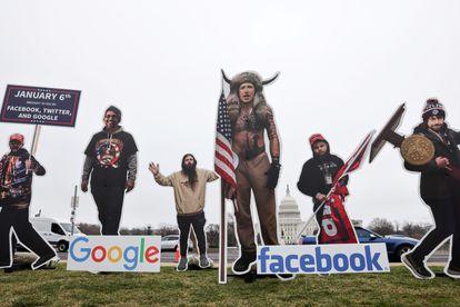 Intervenção com pôsteres dos chefes do Google, Sundar Pichai; Twitter, Jack Dorsey; e Facebook, Mark Zuckerberg na frente do Capitólio, nesta quinta-feira.