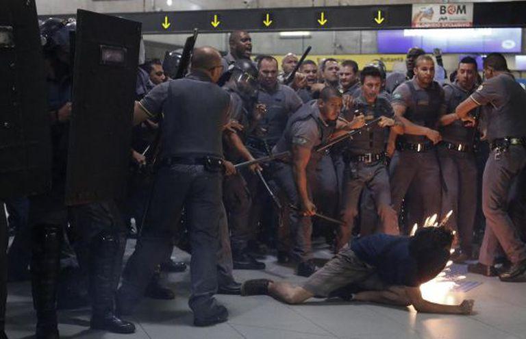 Ação da polícia e de seguranças do metrô de SP, nesta terça.