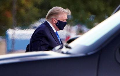 O presidente dos Estados Unidos, Donald Trump, na chegada, sexta-feira, ao hospital militar Walter Reed.