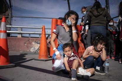 Vilma Iris Peraza e seus filhos Erick e Adriana, de Honduras, na ponte fronteiriça de Ciudad Juárez em 18 de março.
