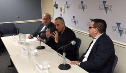 De esquerda para a direita, Michael Shifter, presidente do Diálogo Interamericano, Lenier González e Roberto Veiga.