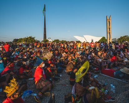 Indigenous people watch the Supreme Court session on a screen this Wednesday (1) at Praça dos Três Poderes.