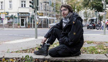 Falk Isernhagen, ex-neonazista membro de uma rede de desradicalização de jovens extremistas, posa em uma rua de Berlim.