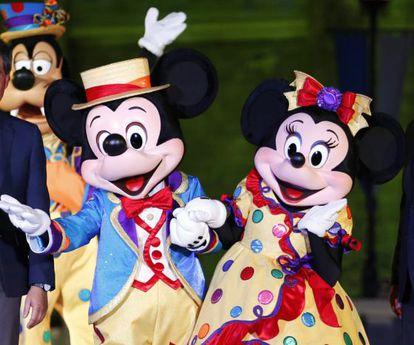 Bonecos de Mickey e Minnie na Disney.