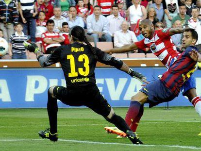 Brahimi supera Pinto não chute a gol do Granada.