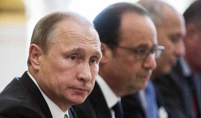 Vladimir Putin e François Hollande em Paris (França), em 2 de outubro de 2015.